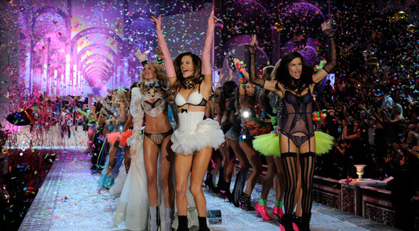 VICTORIA'S SECRET FASHION SHOW: Superheroines and Fishtails on the Runway
