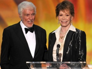 Dick Van Dyke presenting Moore with her SAG Lifetime Achievement Award in January 2012